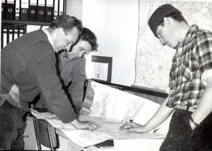 64-04-21 Dingeman Geelhoed en Bert van Antwerpen brachten hun vracht in Perzié Stad a.h. Haringvliet - Teheran in 26 dagen chauffeurs lezen kaart midden A. van Rumpt1